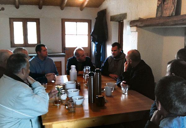 Sacerdotes de Valencia visitan el monasterio de Navalón