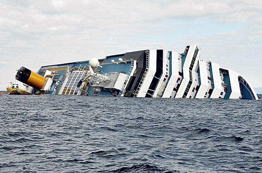 El capellán del crucero italiano hundido no quiso que lo evacuaran para ayudar a los pasajeros El sacerdote cuenta que el pánico dificultó el desembarco de pasajeros