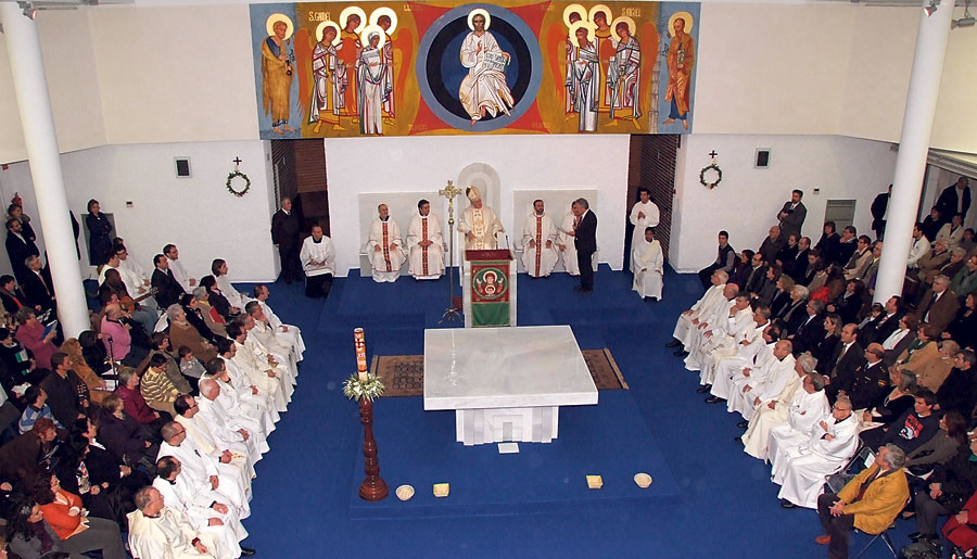 """La Sagrada Familia de Torrent recupera los bautizos por inmersión, """"como en los primeros tiempos del cristianismo"""" El Arzobispo bendice el nuevo templo parroquial, que alberga una pila bautismal de mil litros de capacidad"""
