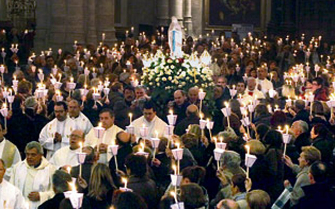 """""""El Señor hizo en mí maravillas"""", cantado por cientos de enfermos, estremece la Seo En la multitudinaria 'misa de las antorchas' que presidió el arzobispo de Valencia en la catedral"""