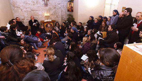 Nuevo lugar de encuentro y oración para los jóvenes en pleno centro de Valencia Bendecido el primer local para los Hermanitos del Cordero