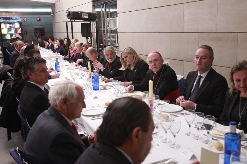 """Más de 200 empresarios católicos se reúnen en una cena con el Arzobispo y el presidente Fabra en el IVAM Monseñor Carlos Osoro pide a los empresarios católicos que sean """"buenos samaritanos"""" con los afectados por la crisis económica"""