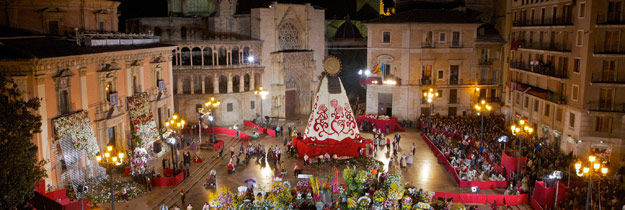 El corazón de Valencia, ofrecido entre miles de flores a su Madre La devoción emocionada de 103.514 falleros y músicos inunda la plaza de la Virgen de claveles como acción de gracias .
