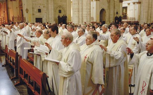 """El Arzobispo pide a los  sacerdotes """"no delegar las  funciones propias"""" y ser """"especialistas en promover  el encuentro con Dios"""" En la misa crismal celebrada en la Catedral, cuyos orígenes datan del siglo VI."""