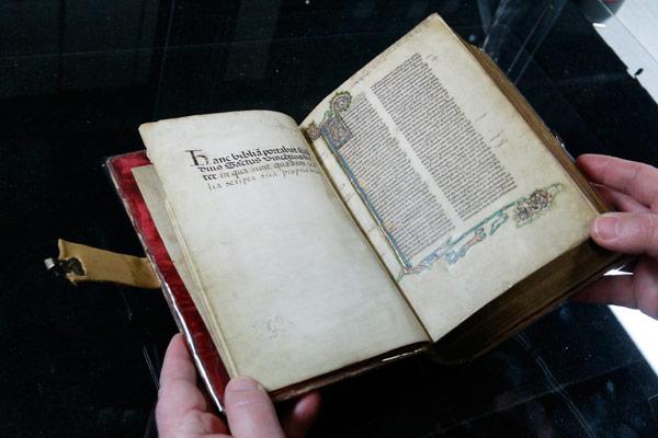 La Biblia de S. Vicente Ferrer sale por primera vez de la catedral Durante dos días estará en Llíria, donde San Vicente obró uno de sus milagros más conocidos
