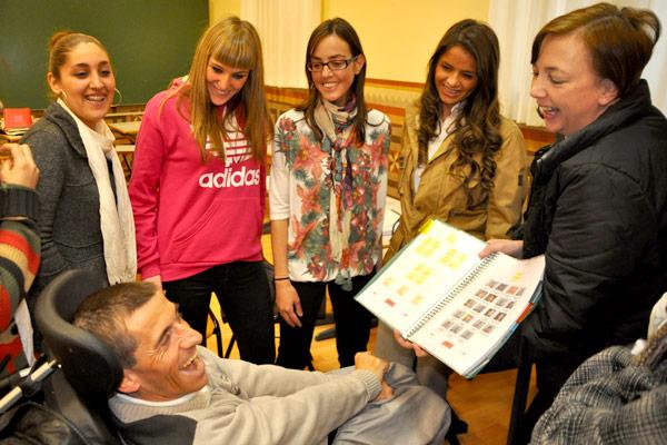 Estudiantes de Logopedia de la UCV aprenden a comunicarse con personas con parálisis cerebral En una sesión conjunta teórico-práctica sobre sistemas de alta y baja tecnología  en pequeños grupos de alumnos, que también aprenden el lenguaje de signos