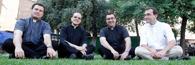 Cuatro nuevos obreros de la mies para la  diócesis de Valencia Monseñor Osoro preside la ordenación sacerdotal de los cuatro jóvenes en la Catedral de Valencia