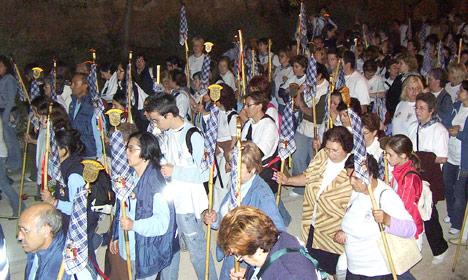 Kilómetros de  devoción popular por la Mare de Déu Miles de personas se dirigen a pie hacia Valencia la madrugada del  segundo domingo de mayo para participar en los actos del día de la Patrona