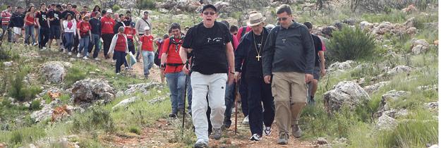 A pie y con mochila, por la Vall d'Albaida, hacia María Así fue la Ruta Gent Jove con monseñor Osoro y 200 jóvenes