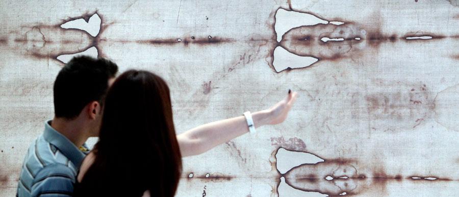 """Valencia entra en la historia de la Sábana Santa El I Congreso Internacional sobre la Sábana Santa, celebrado en Valencia, ha constatado que, """"hoy por hoy"""", la reliquia que según la tradición envolvió el cuerpo de Jesucristo en el sepulcro es """"irrepetible"""""""