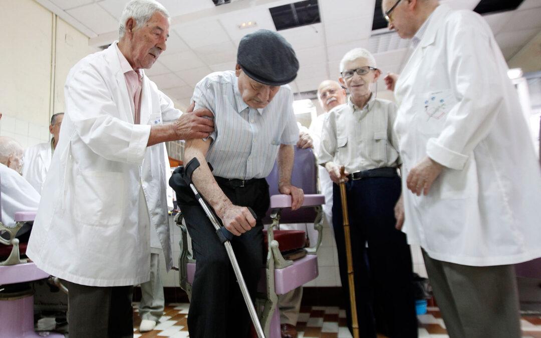 A los 80, lava los pies a ancianos y copia a mano la Biblia Jaime Alamar es un maquinista jubilado del Talgo valenciano