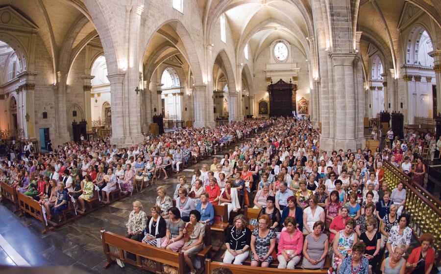 """2.000 mujeres de Tyrius llenan la catedral en su misa de fin de curso Monseñor Osoro anima a """"defender la familia, que fue la estructura en la que Dios mismo se hizo presente en este mundo"""""""