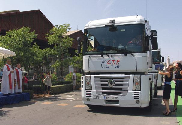 La pastoral con camioneros: apoyo contra la soledad lejos de la familia Los transportistas valencianos honran a San Cristóbal con la bendición de vehículos