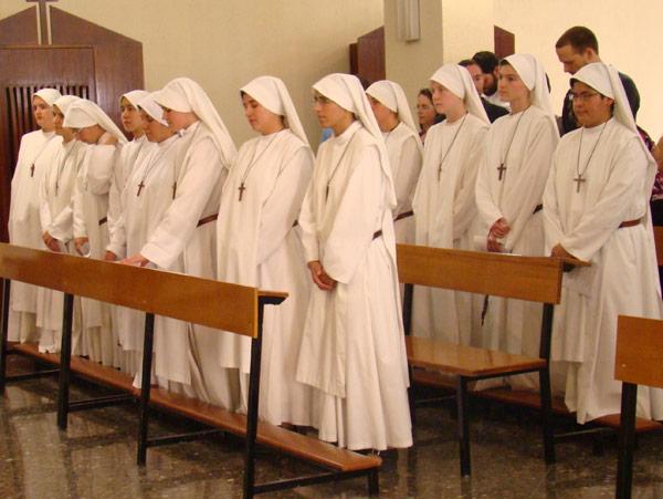 El Hogar de la Madre, en Torrent, de fiesta por la consagración de 33 jóvenes Las ceremonias fueron presididas por su fundador, Rafael Alonso