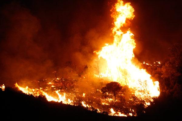 La ola de incendios moviliza a los voluntarios de las Cáritas parroquiales Reparten bocadillos y mantas a los desalojados