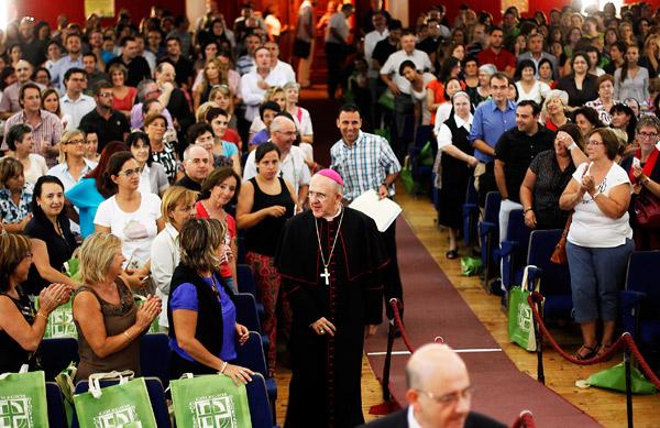 """El Arzobispo pide aplicar la """"economía  de comunión"""" también en la enseñanza Cientos de docentes se dieron cita el pasado jueves en el colegio La Salle de Paterna en el décimo encuentro de profesores de colegios diocesanos, con el que celebraron la apertura de su nuevo curso académico."""