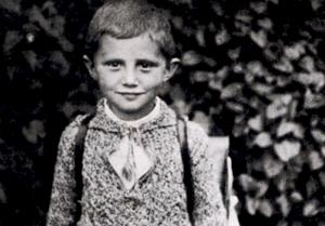 El peluche que hizo llorar y reír al pequeño Joseph Ratzinger Hallada una carta suya al Niño Jesús