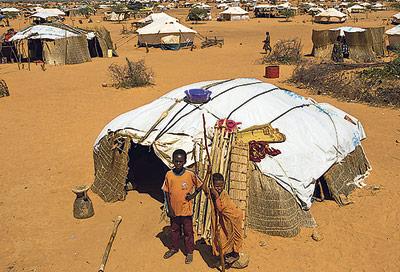 Los belenes solidarios de fray Conrado dan agua a refugiados por el conflicto en Mali Los donativos al fraile valenciano llegan a un campo de Burkina Faso