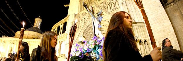 Más de un millar de personas participan en el 'Via Crucis' de Ciutat Vella Con las imágenes del Cristo, de los Santos Juanes de Valencia, y la Dolorosa de Alboraia