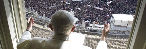 Habemus Papam Francisco Alegría desbordante y silencio sobrecogedor durante el primer saludo del nuevo papa, el jesuita argentino Jorge Mario Bergoglio. En la plaza de San Pedro se dieron cita fieles de todo el mundo, entre ellos muchos valencianos