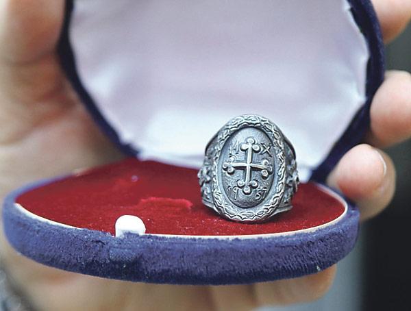 El anillo 'de la riada' que don Marcelino se hizo  en hojalata, devuelto al Arzobispado por su propietario Tras subastar el suyo de oro por los damnificados, Mons. Olaechea se hizo otro con la fecha de la inundación