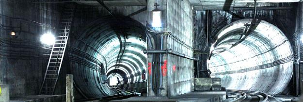 Una luz en la oscuridad Devoción subterránea bajo Valencia. Una imagen de Santa Bárbara, iluminada día y noche, en un túnel del metro