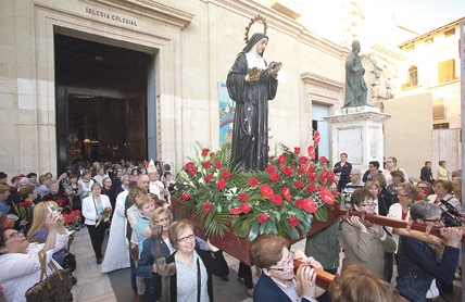 La imagen de Santa Rita sale por primera vez en procesión en Xàtiva portada por madres La iniciativa se enmarca dentro de las celebraciones previstas con motivo del Año Jubilar