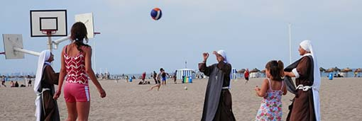 Una nueva comunidad de jóvenes religiosas evangeliza en la playa de la Malvarrosa Juegan al voleibo y rezan luego el rosario