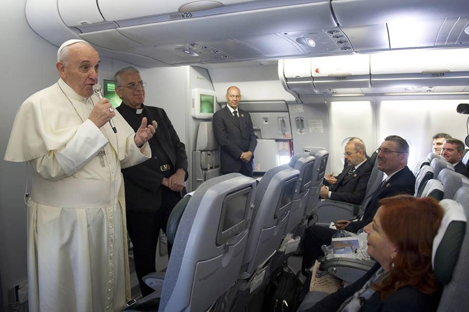 El Papa habla sobre los homosexuales, el Banco Vaticano y otros temas con los periodistas en el avión de regreso