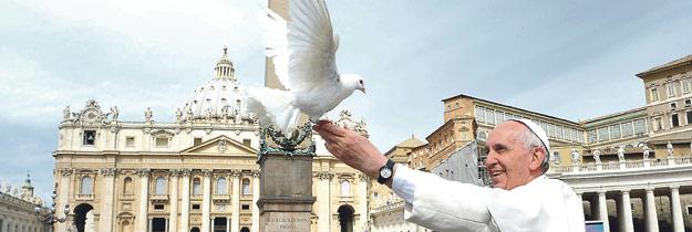"""Presentada la exhortación apostólica del Papa sobre 'La  alegría del Evangelio' para """"repensar el estilo y los métodos"""" Escrito a raíz del sínodo sobre 'La nueva evangelización para la transmisión de la fe', celebrado del 7 al 28 de octubre de 2012 y convocado por su antecesor, Benedicto XVI."""
