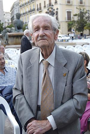 Con 104 años, el escultor valenciano Silvestre de Edeta recibe un homenaje En la plaza de la Virgen, por la comisión de Pastoral del Mayor