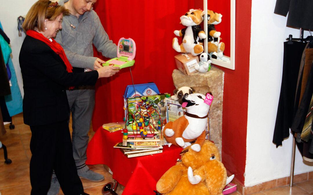 """Las tiendas """"@rropa"""" de Cáritas Valencia abren secciones de juguetes con motivo de la Navidad Para donarlos se pueden introducir también en los contenedores naranja de ropa"""