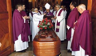 Familiares y amigos despiden al canónigo de la Catedral José Minguet En la parroquia de la Virgen del Don