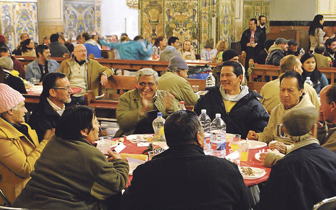 Comida caliente, techo y amistad para 250 personas en San Miguel y San Sebastián La parroquia ofreció la cena del día de Navidad a personas sin hogar