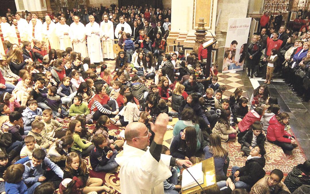 """Rodeado de niños, el Arzobispo impulsa a las  familias cristianas a """"evangelizar sin pesimismo"""" En el Día de la Familia Misionera, en una multitudinaria misa en la Catedral"""