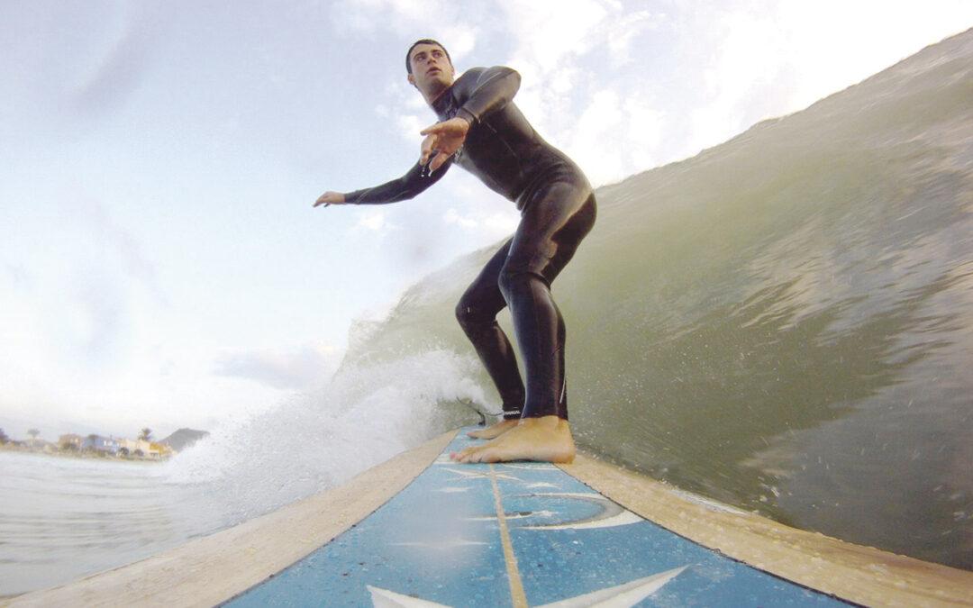 El surfero que, ahora, cabalga con fe sobre las olas Jordi, de Sollana, se bautizó en noviembre de 2012, después de descubrir a Dios gracias a la que hoy es su novia