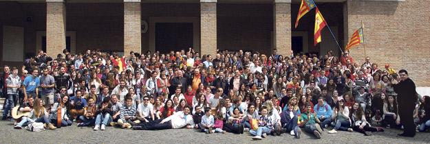 """Jóvenes peregrinos valencianos, """"felices"""" en la canonización de Juan XXIII y Juan Pablo II Durmieron en sacos de dormir, ante la masiva afluencia de fieles a la misa oficiada por el papa Francisco con motivo de la canonización de Juan XXIII y Juan Pablo II"""