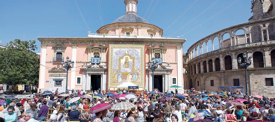 Un río interminable de devoción Desde las 3:10h de la madrugada del miércoles 21 y hasta la medianoche la Basílica y plaza de la Virgen fueron escenario del más multitudinario besamanos de los celebrados