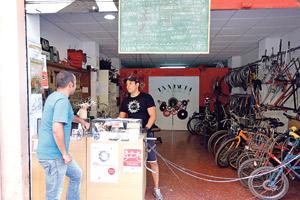 """""""He pasado de no poder mirar a los ojos a la gente a enseñarles cómo arreglar sus propias bicis"""" 'Tándem' ayuda en Valencia a la reinserción social de personas sin hogar mediante un taller de bicicletas"""