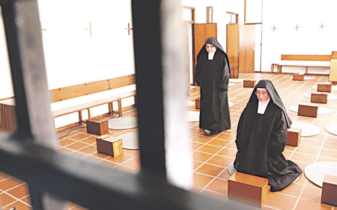 Día y noche rezando por los sacerdotes Las Oblatas de Cristo Sacerdote de Moncada.