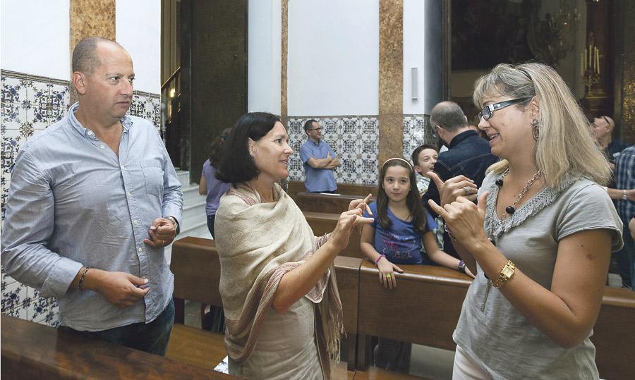Valencia, 25 años pionera en la  Pastoral del Sordo Ángel Santamaría es el único sacerdote en la diócesis que oficia misas adaptadas para sordos en la lengua de los signos