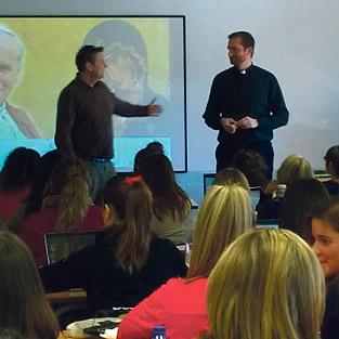 Sacerdotes y religiosas explican, cara a cara, su vocación a universitarios Nueva acción de sensibilización vocacional en la UCV