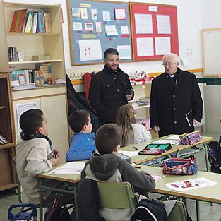"""Sorpresa y emoción mayúsculas del 'abuelo' de Titaguas: """"¿Quién soy yo para que venga el Arzobispo a mi casa?"""" El cardenal Cañizares llega con su visita pastoral a las viviendas y parroquias de la comarca de los Serranos"""