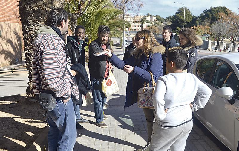 400 familias del barrio de la Coma en  Paterna reciben el evangelio de cada día En una iniciativa promovida por las Paulinas en su centenario