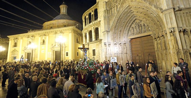 El vía crucis diocesano recorre el  corazón de Valencia, presidido por el Arzobispo Desde la plaza de la Virgen con los Juniors portando las antorchas y estandartes