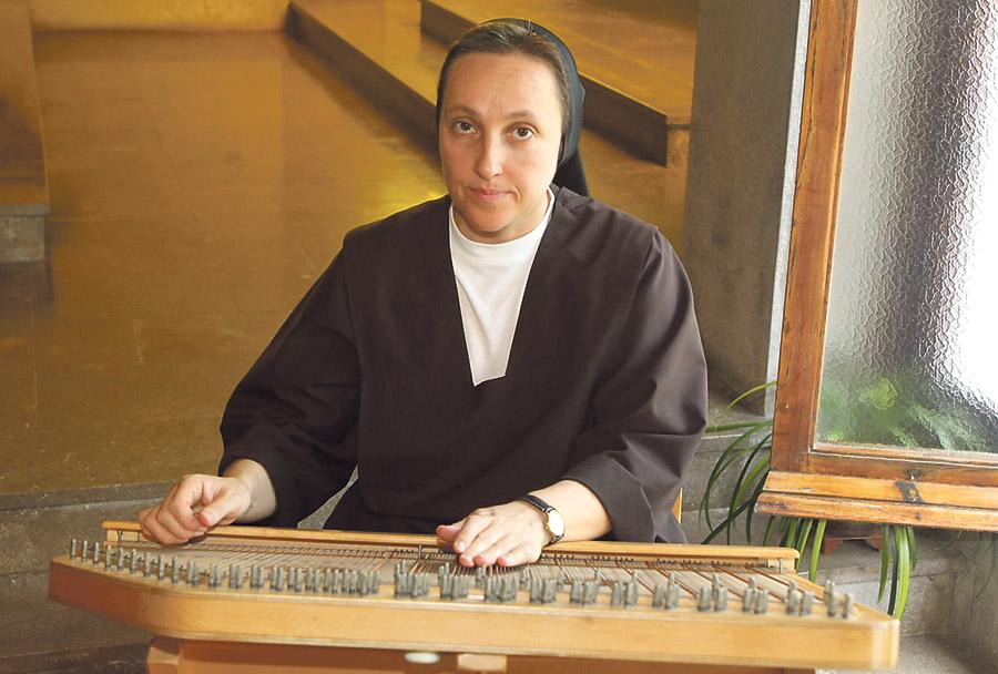 Una cítara angelical, entre las Carmelitas de Puçol La priora, Gema Juan, de Algemesí, acompaña la liturgia en el convento Sagrada Familia con uno de los  instrumentos predilectos para alabar a Dios según los salmos