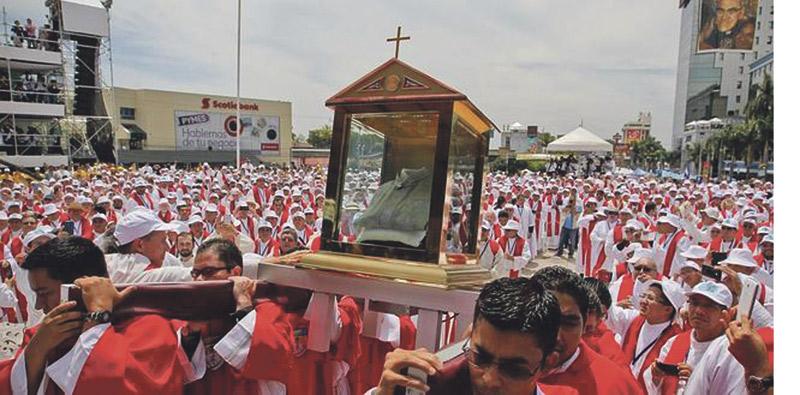 """El Papa elogia la """"valentía y abnegación"""" del nuevo beato Óscar Romero El que fuera arzobispo de San Salvador, elevado a los altares ante 300.000 personas, a los 35 años de su martirio"""