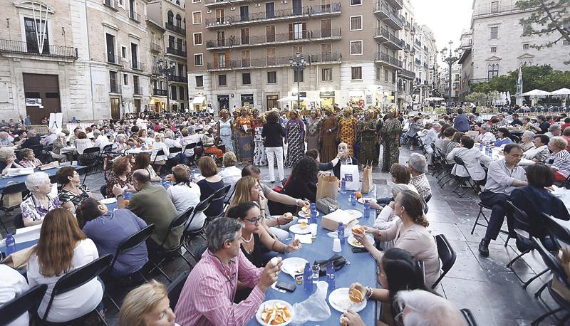 La Pza. de la Virgen, el mejor comedor de ayuda a Manos Unidas Por tercer año consecutivo, vecinos, feligreses de las parroquias colindantes, voluntarios y colaboradores tomaron una cena simbólica a base de pan, aceite y una naranja