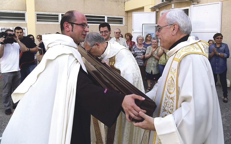 El cayado que utilizó santa Teresa en vida, venerado devotamente en su ruta por Valencia PARAULA acompaña la reliquia en su peregrinar por parroquias y monasterios de la archidiócesis