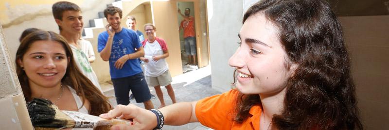 La alegría joven de 'Construir la nueva ciudad' 60 jóvenes se lanzan a las calles más humildes en el proyecto misionero de evangelización 'Construir la nueva ciudad' para llevar su ayuda y su alegría